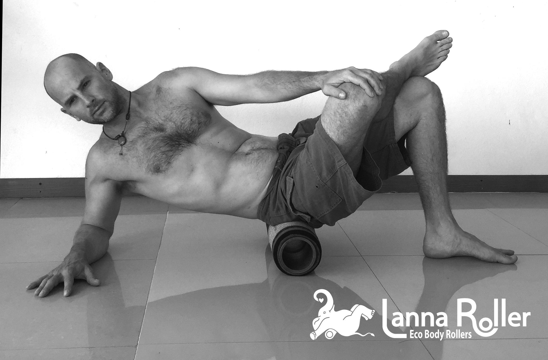 Lanna-Roller-Natural-Foam-Roller-glute-exercise